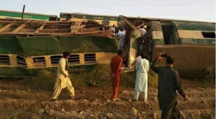 পাকিস্তানে যাত্রীবাহী দুই ট্রেনের সংঘর্ষে নিহত ৩০